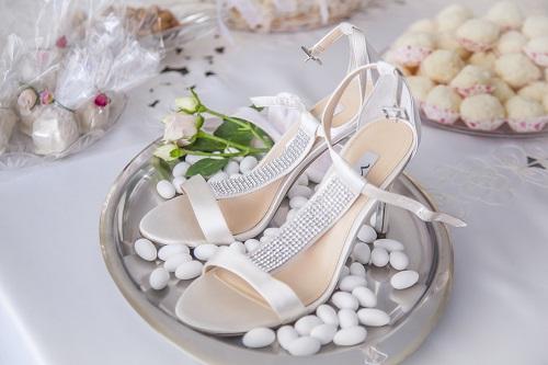Scarpe da sposa con confetti